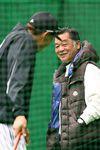 頼みの新戦力だけに、糸井(左)には連日訪問者。12日は川藤OB会長が激励した