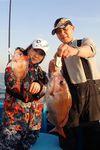 テクニカルなウタセ釣りでマダイを釣り上げた住田美緒さん。西国亮さん(右)は良型をゲット(撮影・親谷誠司)