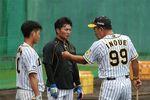 阪神・井上コーチの指導を受ける阪神・木浪(左)と北條