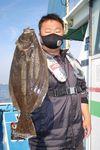 お手軽なライトタックルで釣り上げられた湘南のヒラメ。さらにサイズアップが狙え楽しみだ=相模湾・腰越沖