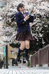 目黒川の桜をバックに中学卒業を喜ぶ吉柳咲良=23日午後、東京都目黒区(撮影・大橋純人)